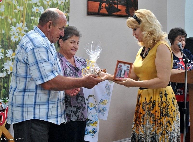 Накануне Дня любви, семьи и верности в Аксае поздравили юбиляров семейной жизни
